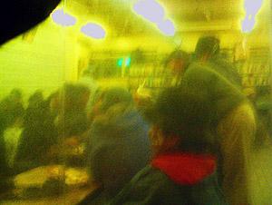 写真が黄色いのは、喫煙室の窓越しに撮ったから。うまい具合に個人が特定できなくなっております。