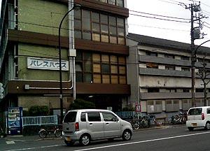 パレスハウスは東京でもっとも安い宿の一つ。ちなみに隣の建物の窓が目張りされているのは、侵入者を防ぐためだとか。
