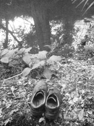 川沿いに揃えられた靴。まさか……