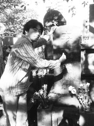 禅林寺には森鴎外の墓もあり。感人先生は調子にのってマブダチポーズ