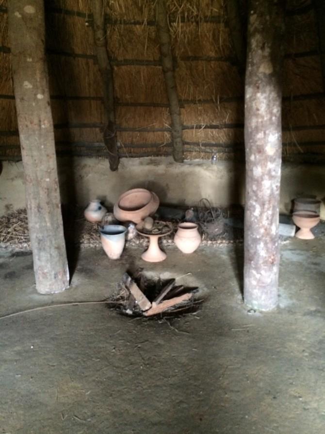 竪穴式住居の中。3人いたら狭い。