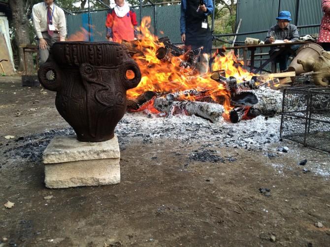 縄文式土器を焼いている図。手前のものは乾燥させている段階。