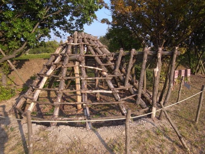 骨組みはこのような仕組み。この上に藁や茅などをかぶせていく。